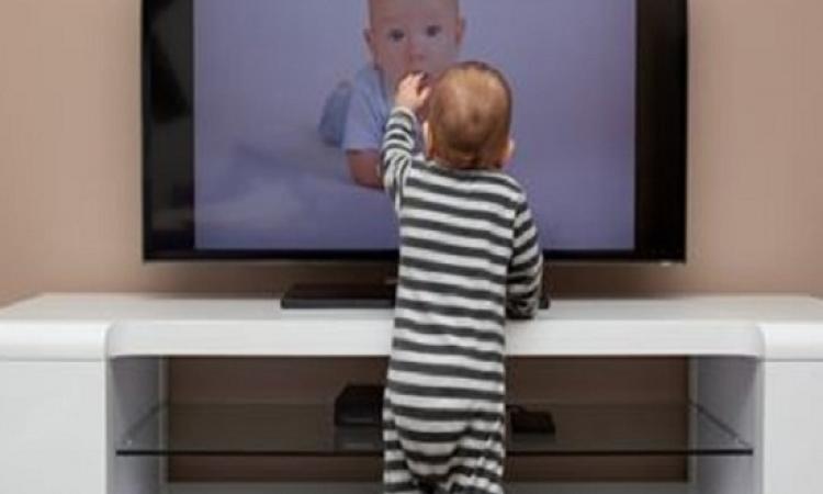 اعرفى ليه المفروض تمنعى طفلك من مشاهدة التلفزيون قبل بلوغه العامين؟
