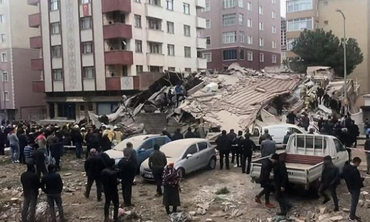 بالفيديو.. لحظة انهيار مبنى سكنى من 8 طوابق بتركيا