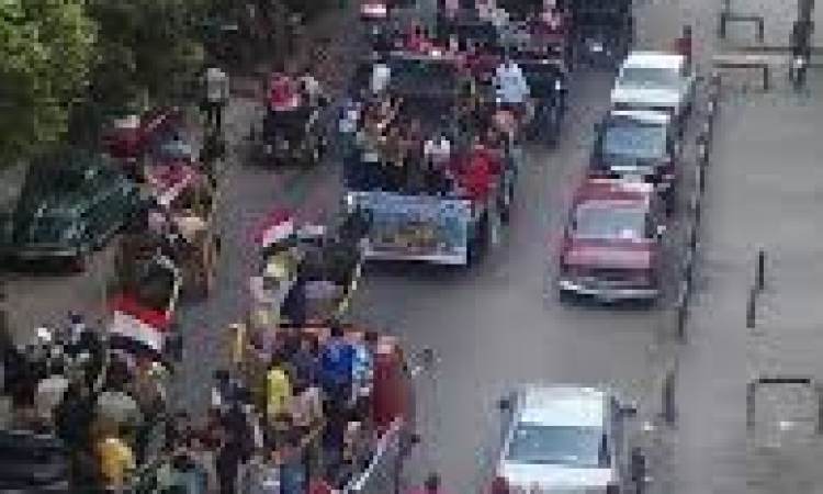 """أهالي بولاق ينظمون مسيرة تهتف """"بالروح والدم نفديك يا سيسي"""""""