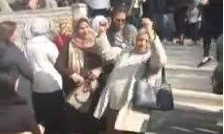 بالفيديو .. سيدة ترقص على أنغام تسلم الأيادي بالدقي بعد أن صوتت بنعم