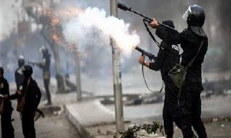 قوات الامن تطلق قنابل الغاز لتفرقة المتظاهرين أمام نقابة اصحفيين