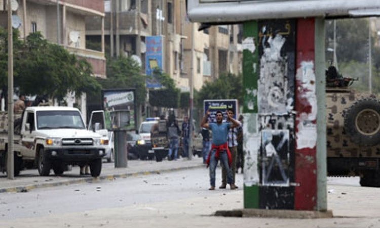 المتظاهرون يلقون الحجارة والزجاجات على قوات الامن