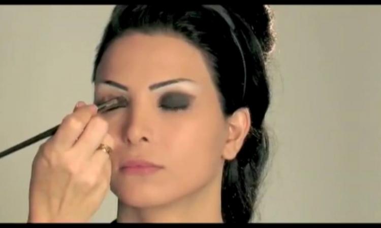 بالفيديو..كيف تضعين الماكياج فوق العينين