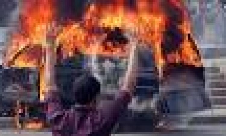 ألتراس نهضاوي يشعلون النيران بسيارة شرطة فى محيط مسكن المعزول بالشرقية