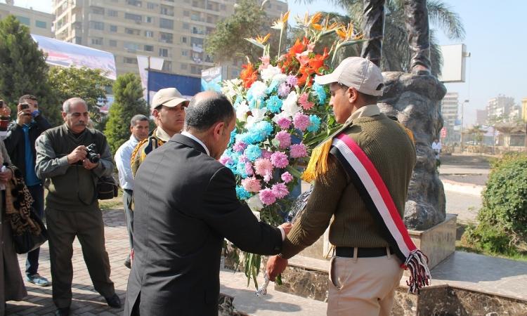 محافظ الفيوم يضع إكليل الزهور علي النصب التذكاري للشهداء