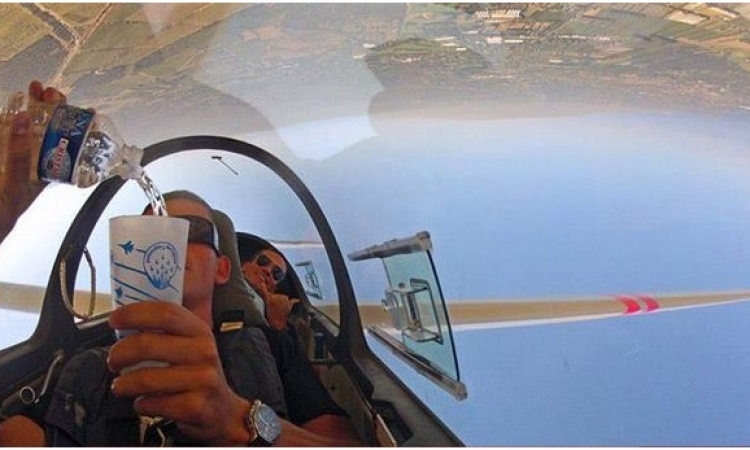 """بالفيديو.. طيار مغامر يتحدي الجاذبيه ويصب """" الشاي"""" وطائرته مقلوبة"""