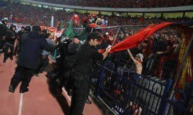 """نشطاء يتداولون فيديوهات تشير إلى اعتداء الداخلية على الجمهور بسبب """"بنرات"""" الأولتراس"""