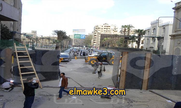 بالفيديو …أعمال تركيب بوابه حديدية في «القصر العيني»  بدلا من الجدار الخرساني