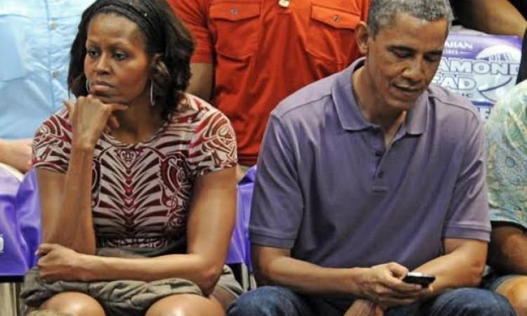 """بالصور … ميشيل تنظر لأوباما """"بقرف"""" بسبب الغيرة"""