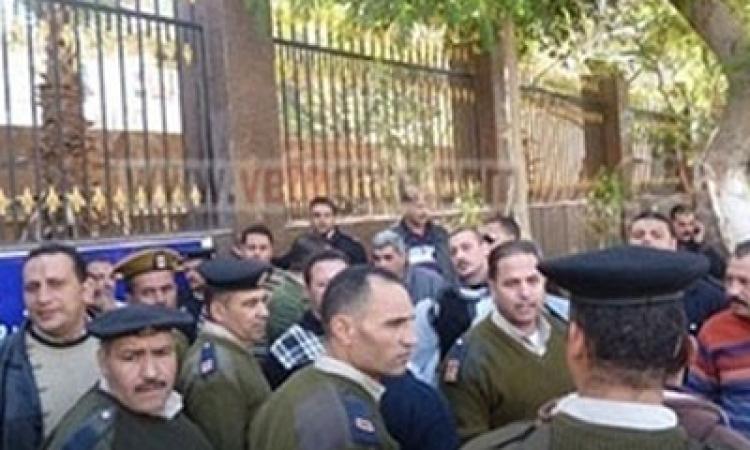 أمناء الشرطة يتجمهرون أمام مديرية أمن قنا