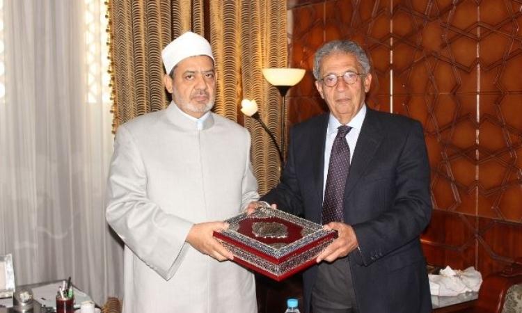 """""""الطيب"""" يهدي عمرو موسى مصحف الأزهر"""