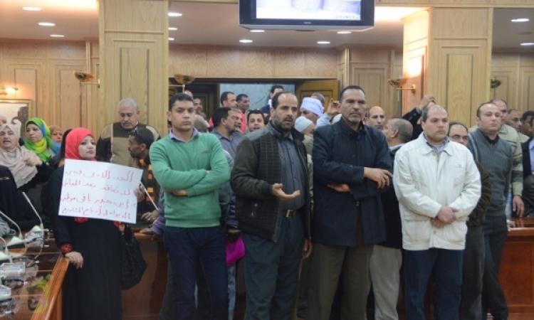 تظاهر العاملين بديوان المنوفية .. والمحافظ يمنع دخول الصحفيين