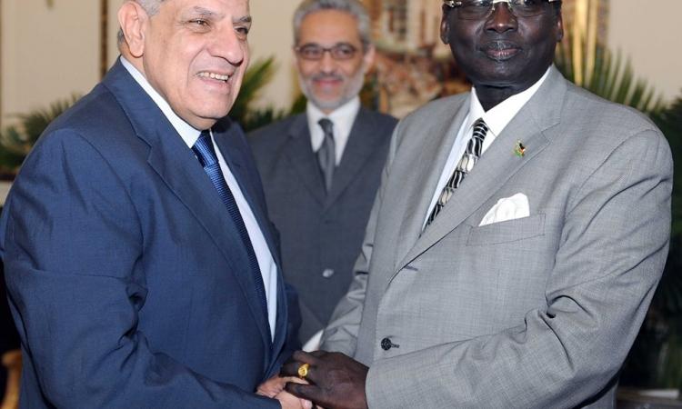 """""""محلب"""" و""""بنجامين"""" يبحثان تدعيم العلاقات بين مصر وجنوب السودان"""