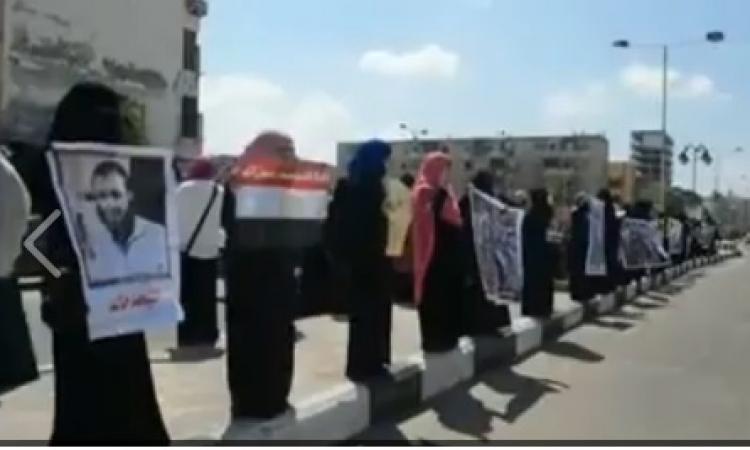 سلسلة بشرية نسائية تطالب بالإفراج عن قيادات الإخوان ببورسعيد