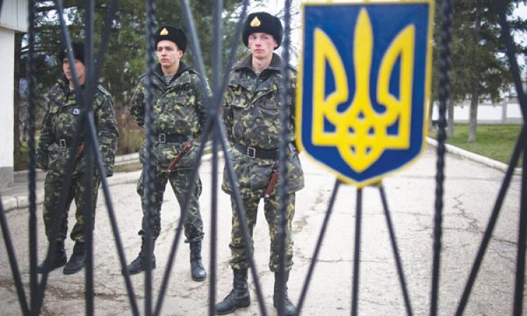 قوات روسية طوقت القاعدة في القرم موجهة تحذير للقوات بالاستسلام