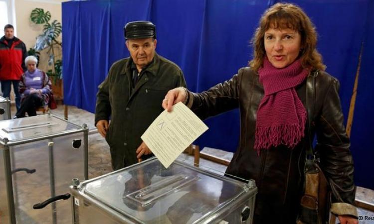 القرم الأوكرانية تبدأ التصويت على الاستفتاء لإلحاقها بروسيا