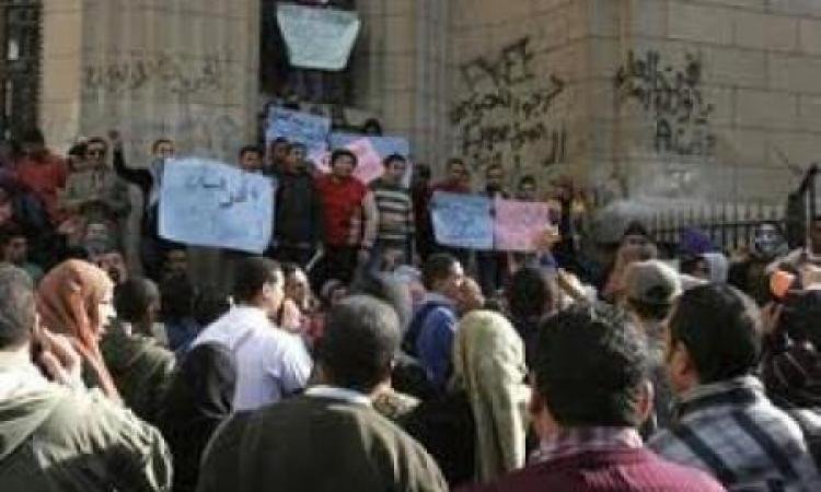 """وقفة احتجاجية أمام """" القضاء العالي"""" للتنديد بحبس النشطاء السياسين"""
