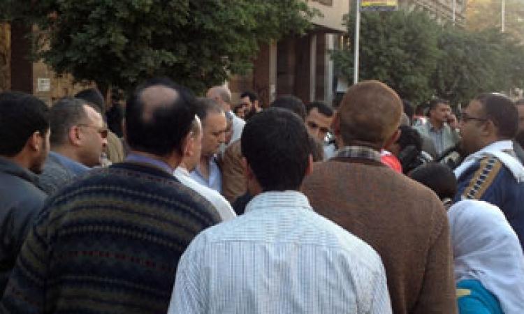العشرات يتجمهرون أمام الوحدة المحلية بدسوق لتضررهم من الصرف الصحي