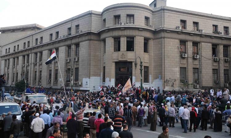 أهالي المعتقلين ينددون بحبس ذويهم أمام دار القضاء العالي