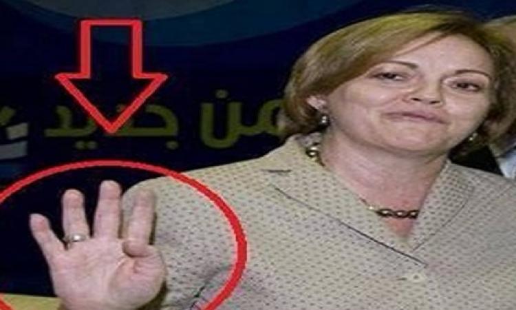 """سفيرة امريكية ترفع علامة """"رابعة"""" تثير جدلا واسعا علي ال """"فيس بوك """""""