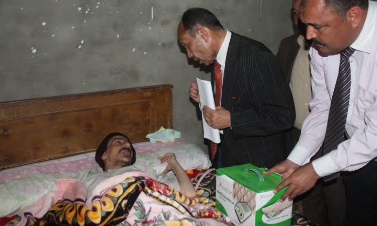 محافظ الفيوم يزور مصاب الشرطة ويتكفل بتيسير إجراءات علاجه