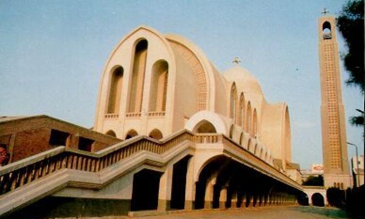 شخصيات عامة تصل الكاتدرائية لتهنئة الأقباط بعيد القيامة