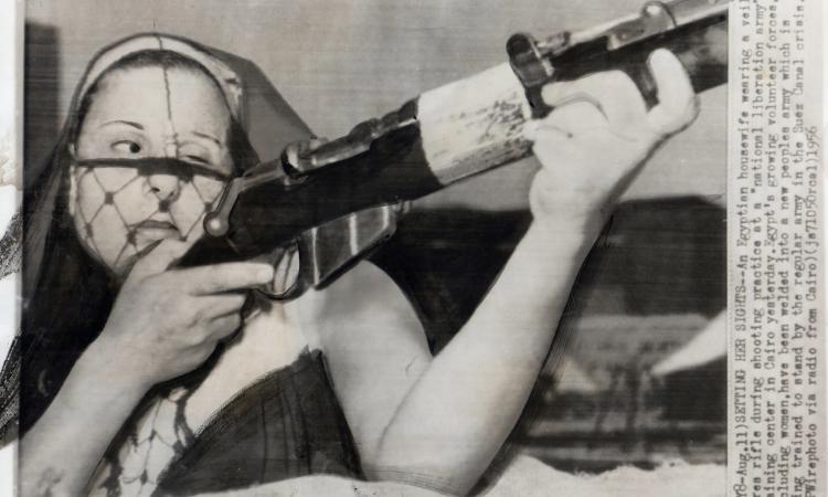 ربة منزل محجبة مصرية تتدرب في جيش التحرير عام 1956