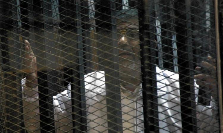 وصول المعزول وقيادات الاخوان لأكاديمية الشرطة لحضور جلسة محاكمتهم في احداث الاتحادية