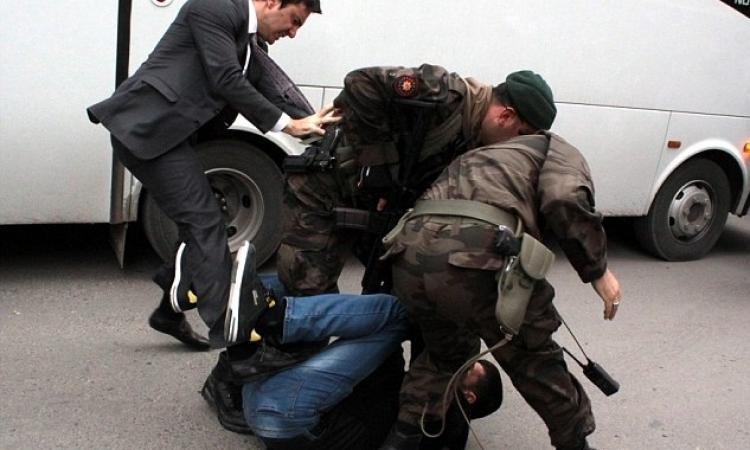 طرد راكل المحتجين التركي «يوسف يركيل»