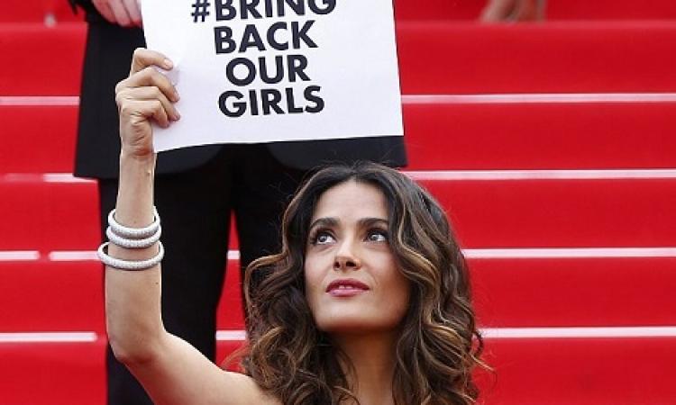 سلمى حايك ترفع لافتة «أعيدوا فتياتنا» في مهرجان «كان» السينمائي