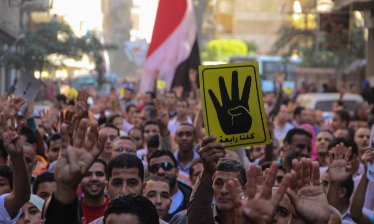 مؤيدون لـ«مرسي» يرفعون شعار «رابعة» في سلسلة بشرية للمطالبة بعودة الشرعية بكفر الشيخ