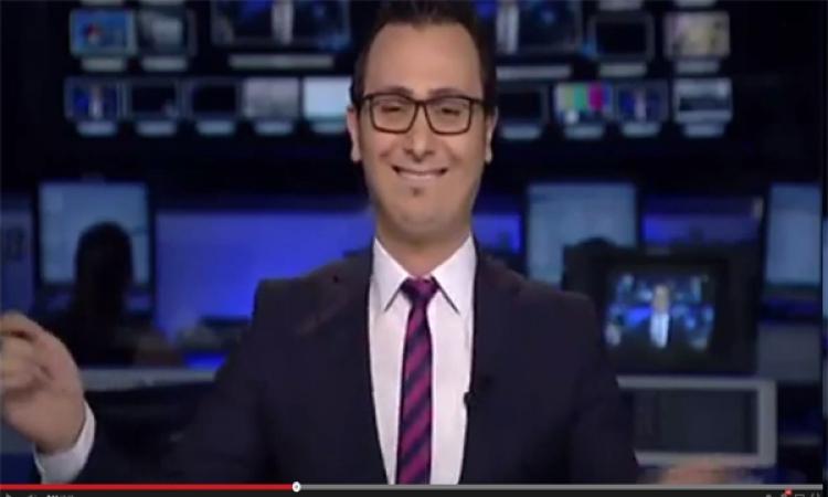 على أنغام «بشرة خير».. بالفيديو: مذيع نشرة أخبار يرقص على الهواء