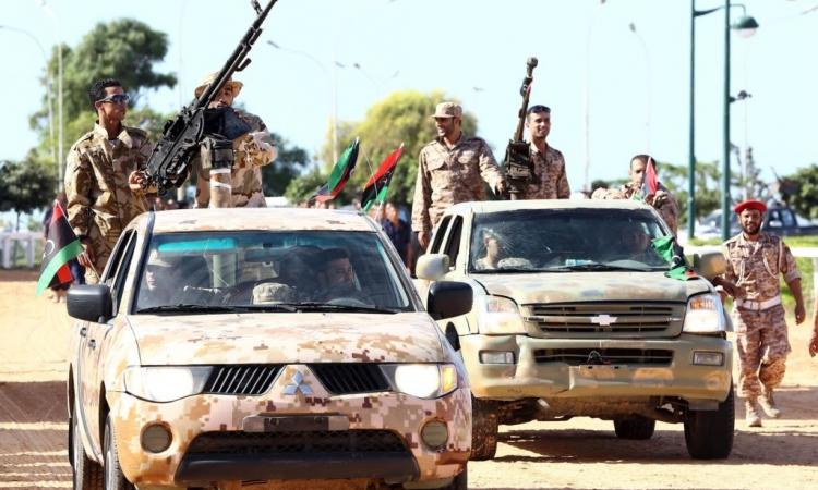 الجيش الليبي يحظر الطيران فوق بنغازي وضواحيها.. ويهدد بإسقاط أي طائرة