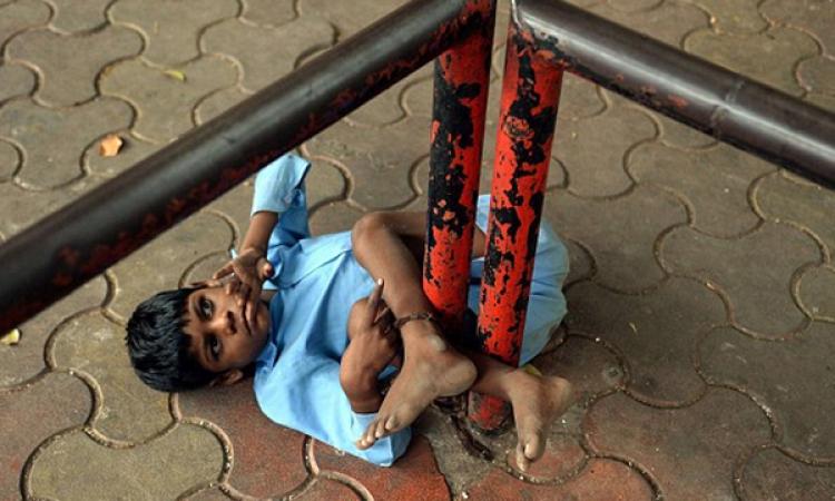 امرأة تربط حفيدها المعاق بسلسلة حديدية فى الشارع لحين عودتها من العمل