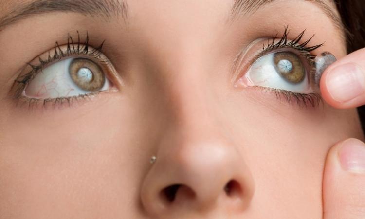العدسات اللاصقة طوال اليوم قد تسبب فقدان البصر
