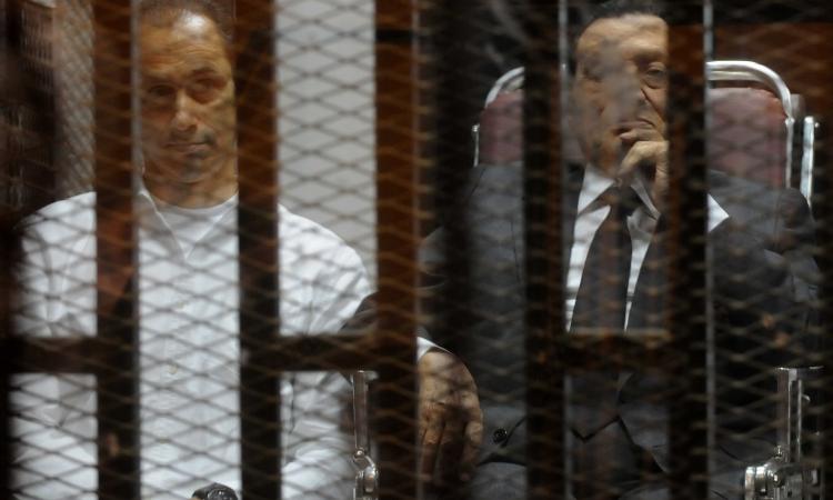 النيابة تخاطب «السجون» لبيان مدة حبس مبارك احتياطيا بـ«قصور الرئاسة» واقتطاعها من العقوبة
