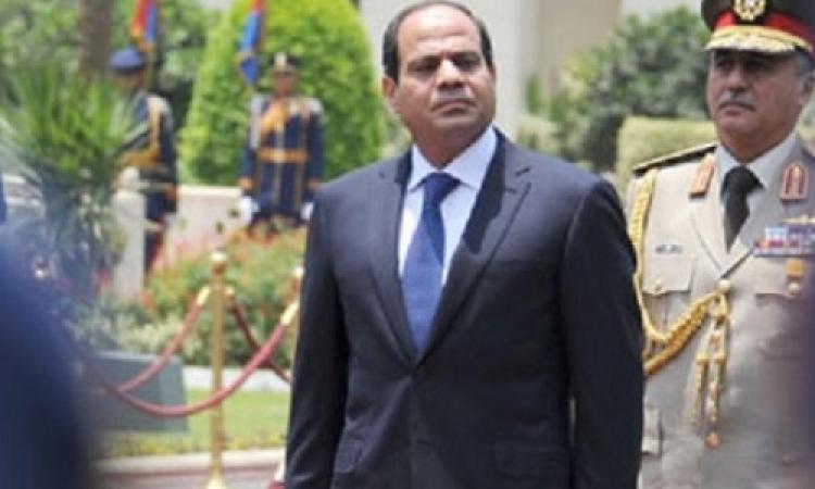 السيسى يصل الجزائر .. ورئيسا الوزراء والبرلمان يستقبلانه في المطار