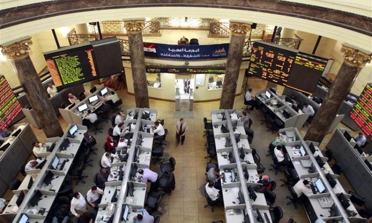 تباين مؤشرات البورصة في منتصف الجلسة بمبيعات العرب والمصريين