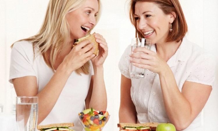 علماء يوصون بشرب الماء بدلا من العصير أثناء الأكل