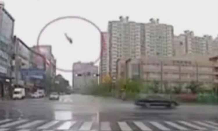 بالفيديو .. لحظة سقوط مروحية وسط مبان سكنية بكوريا الجنوبية