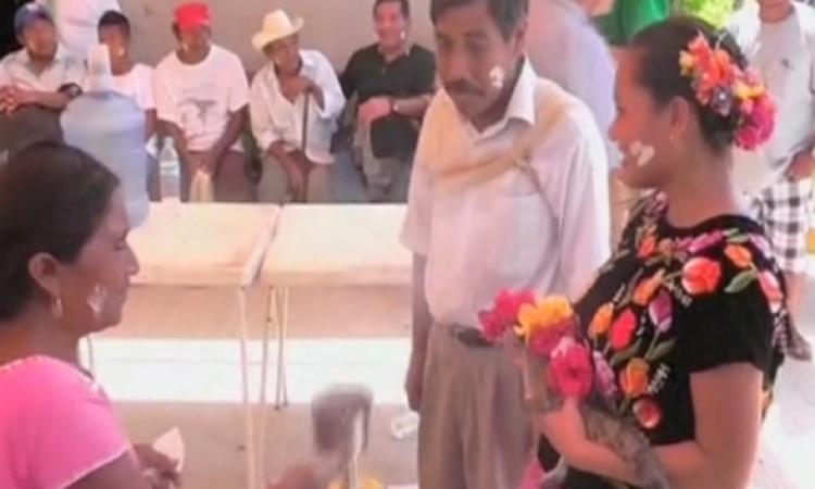 بالفيديو.. صدق أو لا تصدق.. عمدة بلدة الصيادين في المكسيك يتزوج تمساح