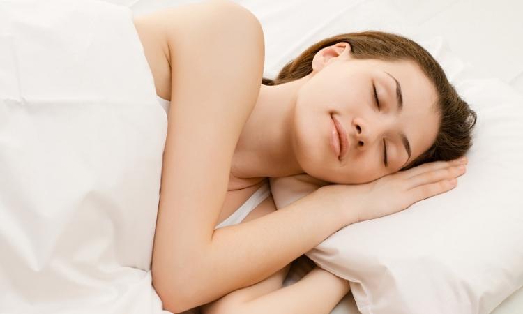3 حيل طبيعيّة وفعالة لحرق الدهون خلال النوم