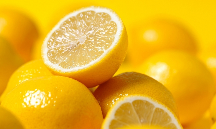 تعطير صحيفة برائحة الليمون لإبعاد البعوض