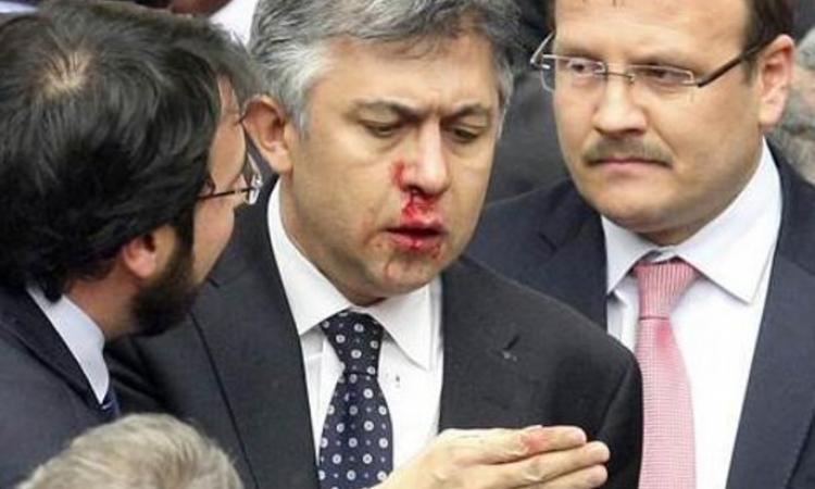 بالصور….اشتباكات بالأيدي بين النواب في البرلمان التركي