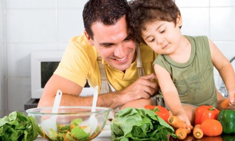 8 طرق لتدريب الطفل على تناول الخضروات