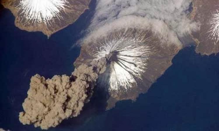 بالصور.. شاهد قوة الأنفجار البركاني