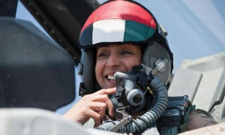 """الإماراتية مريم تقود الضربات الجوية على """"داعش"""" وتشعل حربا على مواقع التواصل"""