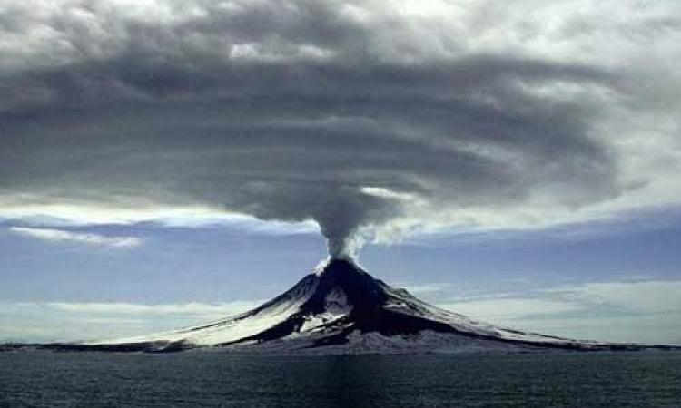 بالصور .. لوحات بديعة بألوان خلابة من السحب البركانية