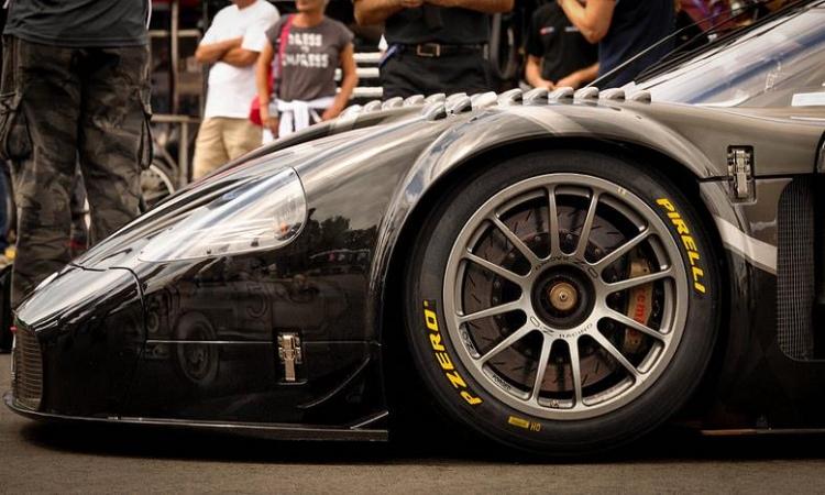 بالصور.. مازيراتى تُطلى سيارتها MC12 GT 1 في عيدها المئوي