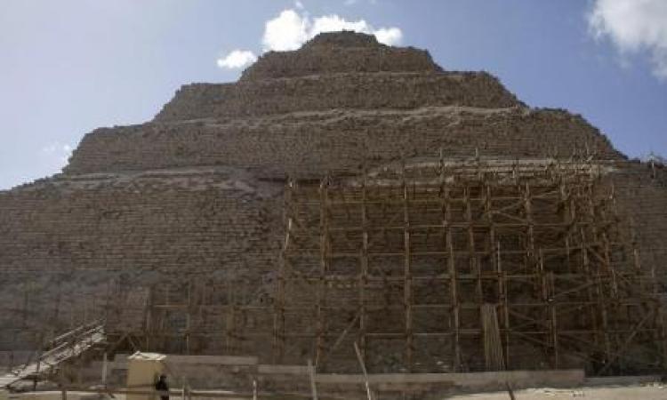 وزير الآثار : هرم زوسر الأقدم في التاريخ يجري ترميمه بدون مشكلات تقنية